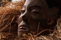 Ręcznie robiony drewniana afrykanin maska z arkanami symuluje włosy human Obrazy Royalty Free