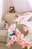 Ręcznie robiony kukła sukienny obsiadanie na miękkim wygodnym karle zdjęcia royalty free