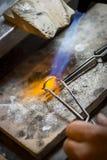 Ręcznie robiony obrączka ślubna złotnika rzemieślnikiem Fotografia Stock