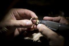 Ręcznie robiony obrączka ślubna złotnika rzemieślnikiem Obrazy Stock