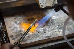 Ręcznie robiony obrączka ślubna złotnika rzemieślnikiem Obrazy Royalty Free