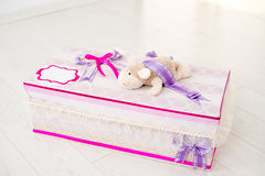 ręcznie robiony pudełkowaty prezent Obrazy Royalty Free