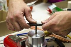 Ręcznie robiony thresd rozcięcie w domowym warsztacie zdjęcia stock