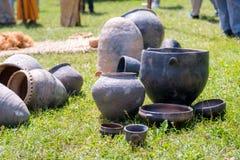 Ręcznie robiony wiejscy tradycyjni ceramiczni garnki wystawiający na ziemi zdjęcie royalty free