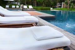 Ręcznik i krzesło przy pływackim basenem Obraz Stock