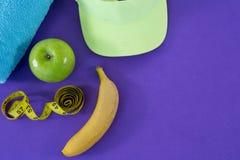 Ręcznik, jabłko, ręcznik, słońce kapelusz i pomiarowa taśma, Obrazy Stock