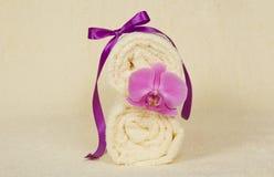 Ręcznik rolka dekorująca z kwiatem fotografia stock