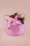 Ręcznika tort róże na wierzchołku Zdjęcia Royalty Free