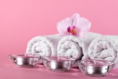 Ręczniki, świeczki i orchidea kwiaty dla zdroju relaksu na szpilce, Zdjęcie Royalty Free