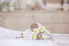 Ręczniki i świeczki na masażu stole w nowożytnym zdroju salonie miejsce relaks zdjęcia stock