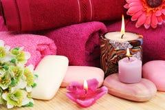 Ręczniki, mydła, kwiaty, świeczki Zdjęcia Royalty Free