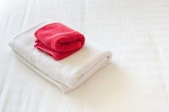 Ręczniki na łóżku Zdjęcia Stock
