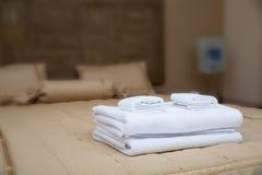 Ręczniki na hotelowym łóżku obraz royalty free