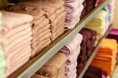 Ręczniki na półce w sklepie obrazy stock
