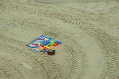 Ręczniki przy piaskowatą plażą Zdjęcie Stock