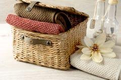 Ręczniki w łozinowym koszu Zdjęcie Royalty Free