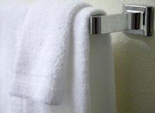 ręczniki wiszący białe Zdjęcia Royalty Free