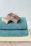 Ręczniki z mydlanymi barami fotografia royalty free