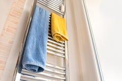 Ręcznikowego poręcza stojaka chrom moden łazienkę zdjęcia stock