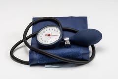 Ręczny ciśnienia krwi sphygmomanometer odizolowywający na białym tle fotografia royalty free