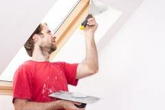 Ręczny pracownik z ściennym gipsowań narzędzi inside dom obraz stock