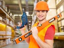 Ręczny pracownik z narzędziami przy magazynem zdjęcie stock