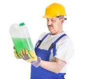 Ręczny pracownik z zielonym cieczem nad bielem Obraz Royalty Free