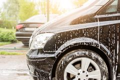 Ręczny samochodowy obmycie Płuczkowy luksusowy pojazd z białym foamy detergentem Samochodu cleaning jaźni usługa zdjęcia stock