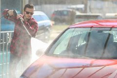 Ręczny samochodowy obmycie z pressurized wodą outside w samochodowym obmyciu Summe domycie Cleaning wysokości naciska Samochodowa obrazy stock