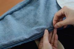 Ręczny szwalny moment rękami: wkładać igłę w tkaninie Zdjęcia Royalty Free