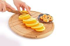 ręk cuting pomarańcze Fotografia Stock