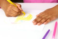 Ręk dziewczyny rysują na papierze twarz komiczka zdjęcia stock