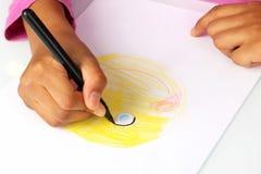 Ręk dziewczyny rysują na papierze twarz komiczka zdjęcie stock
