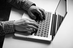 ręk laptopu mężczyzna Zdjęcie Stock