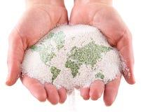 ręk mapy piaska świat zdjęcie stock