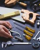 Ręk narzędzia z rękami Ściśle Cropped Fotografia Stock