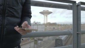 Ręk pisać na maszynie sms mms na smartphone zdjęcie wideo