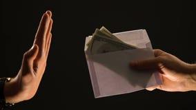 Ręk przedstawienia zatrzymują gest koperta z dolarami, odmawia skorumpowanego pieniądze, łapówka zdjęcie wideo