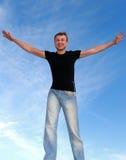 ręk szczęśliwego mężczyzna otwarci outdoors potomstwa fotografia royalty free