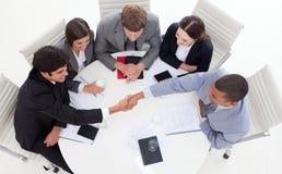 ręk target1336_1_ pomyślny biznesowi ludzie Obraz Stock