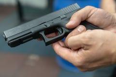 Ręka ćwiczy podpala mężczyzna używać Glock pistoletu modela przy mknącym pasmem Pożarniczy glock ręki pistolet obraz royalty free