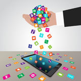 Ręka ładuje apps w smartphone i instaluje Obrazy Royalty Free