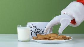 Ręka Święty Mikołaj bierze jeden ciastku 50 fps zbiory wideo