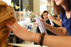 Ręka żeńska fryzjera mienia kiści puszka obraz stock