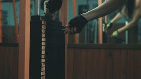 Ręka żeński odmienianie ciężar przy sporta wyposażeniem, ćwiczy w gym zbiory wideo