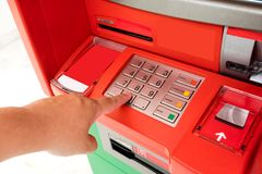 Ręka Azjatyckiego mężczyzna naciskowa cyfra zapina na ATM maszynie Obraz Royalty Free