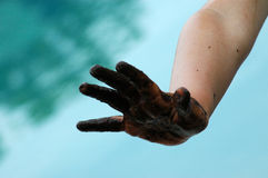 ręka błotnista obraz stock