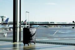 Ręka bagażu walizka w lotnisku zdjęcie royalty free