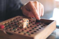 Ręka bawić się drewnianych węże i drabiny gemowych Zdjęcie Royalty Free