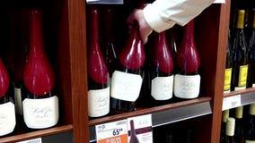 Ręka bierze butelkę Pinot belle glos Clark noir czerwone wino zbiory wideo